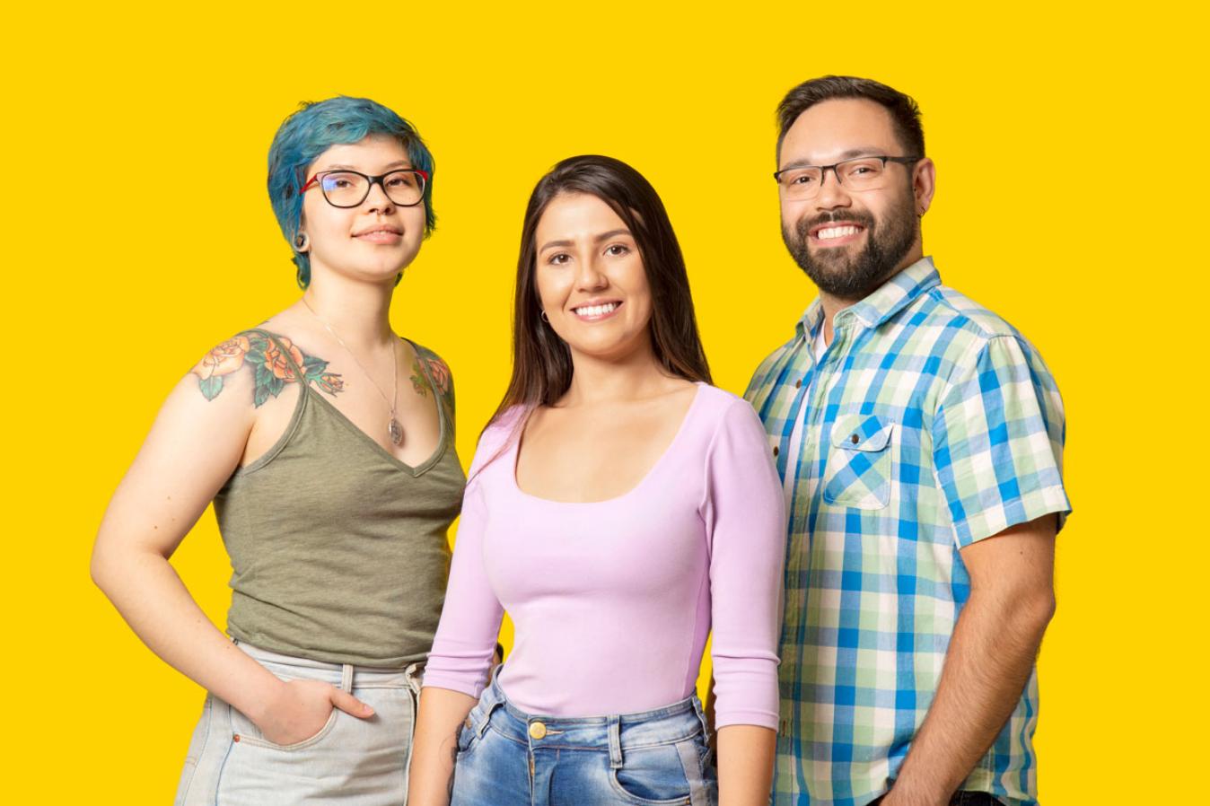 Três pessoas em um fundo amarelo